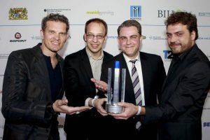 """A New Beginning räumte 2011 den Deutschen Computerspielpreis als """"Bestes Spiel"""" ab (von links nach rechts: Laudator Götz Otto, Claas Paletta, Carsten Fichtelmann, Jan """"Poki"""" Müller-Michaelis). Foto: DCP"""