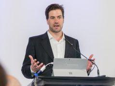 Bei einer Pressekonferenz im Vorfeld der Gamescom 2016 enthüllte BIU-Geschäftsführer Dr. Maximilian Schenk den neuen Messetermin ab der Gamescom 2017 (Foto: KoelnMesse).