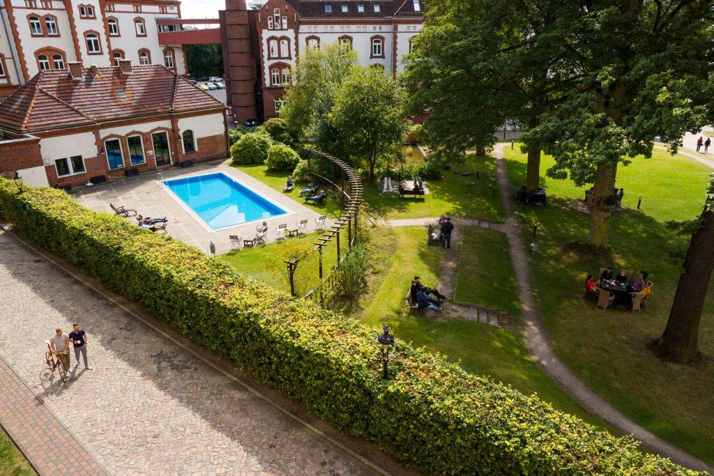 Der Goodgame-Campus im Hamburger Stadtteil Bahrenfeld verfügt über einen eigenen Pool (Foto: Goodgame Studios).