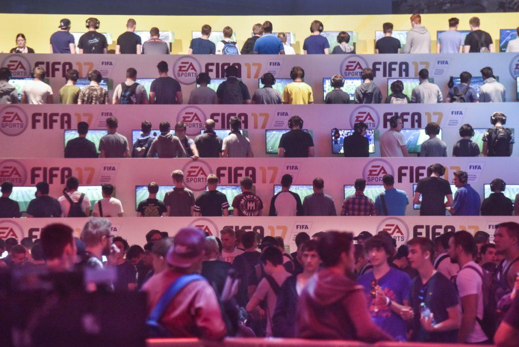 Vor den begehrtesten Neuheiten - hier FIFA 17 - werden sich auch 2017 lange Warteschlangen bilden (Foto: Koelnmesse GmbH, Thomas Klerx)