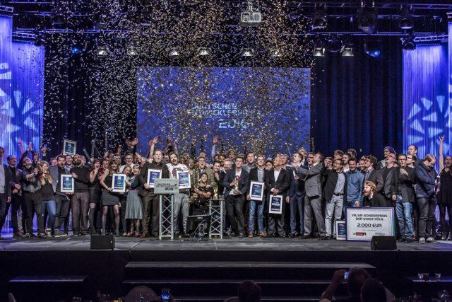 Schlussbild mit Goldkonfetti: Die Sieger vom Deutschen Entwicklerpreis 2016 (Foto: Aruba Events GmbH / Uwe Völkner)
