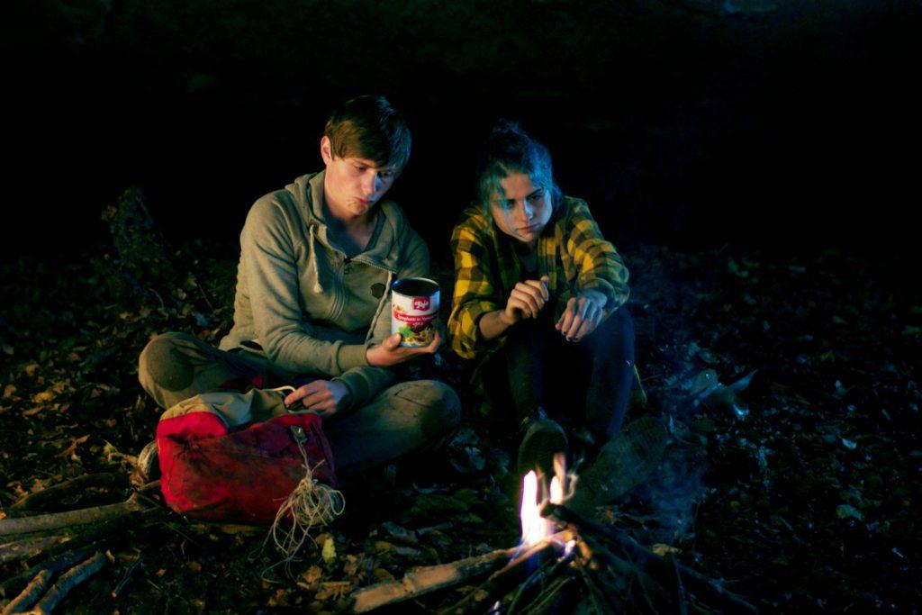 """Filmszene aus OFFLINE: Der Inhalt des """"Inventars"""" sorgt für wenig Begeisterung."""