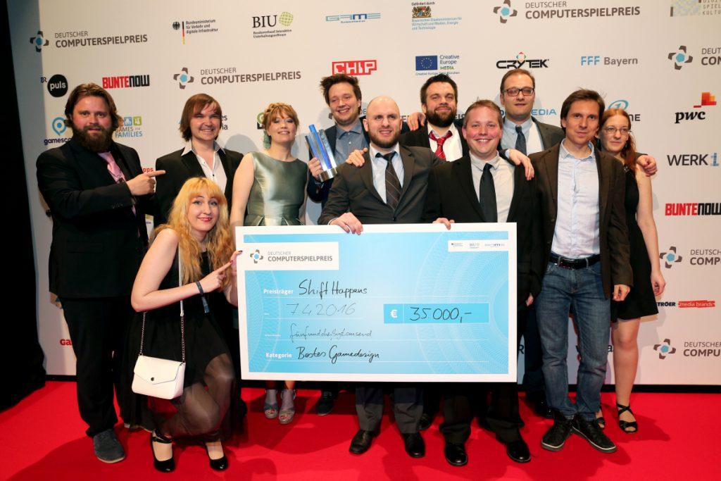 Das Team von Klonk Games beim Deutschen Computerspielpreis 2016 - hier mit Laudator Antoine Monot Jr (Foto: Getty Images/Gisela Schober)