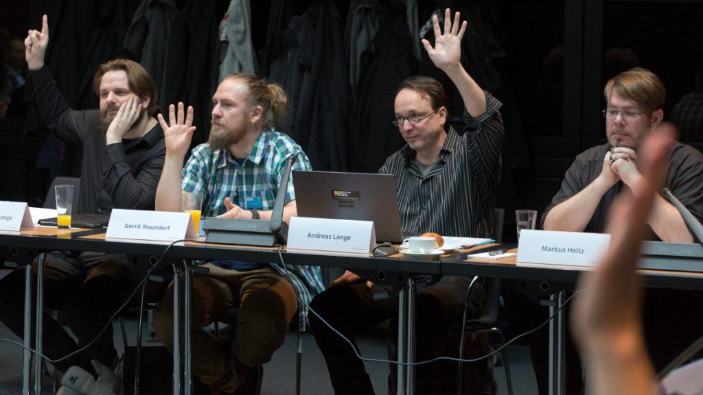 """Teil der DCP-2017-Jury: Youtuber Erik Range (""""Gronkh"""", links), Computerspielemuseum-Direktor Andreas Lange und Bestseller-Autor Markus Heitz (""""Die Zwerge"""") - Foto: BMVI"""