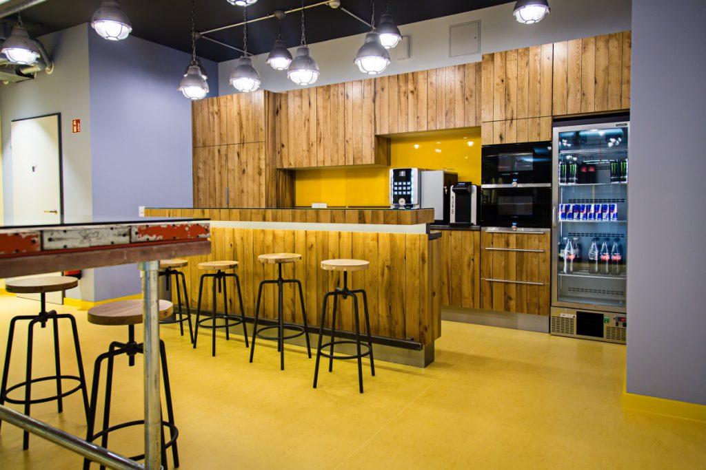 Auf dass der Red-Bull-Vorrat nie zur Neige gehe: die Küche von Epic Games in Berlin.