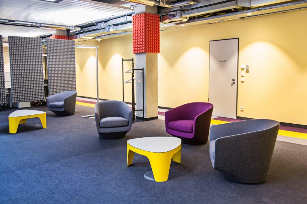 Filz-Stoffe und kräftige Farben dominieren die Inneneinrichtung der neuen Büros von Epic Games.