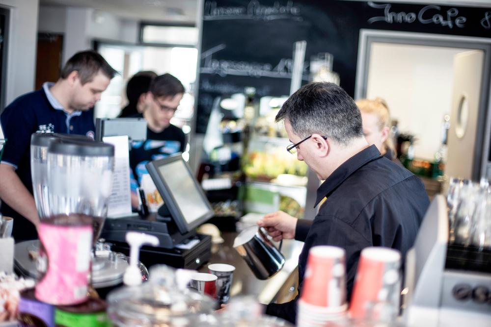 Im InnoCafé gibt's kleine Snacks, Obst, Süßigkeiten und Kaffee-Spezialitäten.