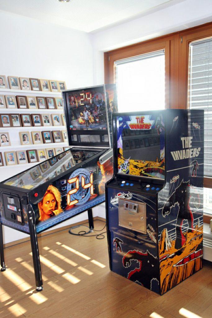 Die Games-Konsolen vergangener Jahrzehnte: Flipper und Spielautomat.