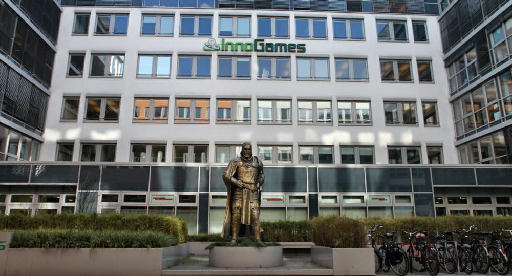 Vor dem Haupteingang von InnoGames grüßt eine mächtige Statue.