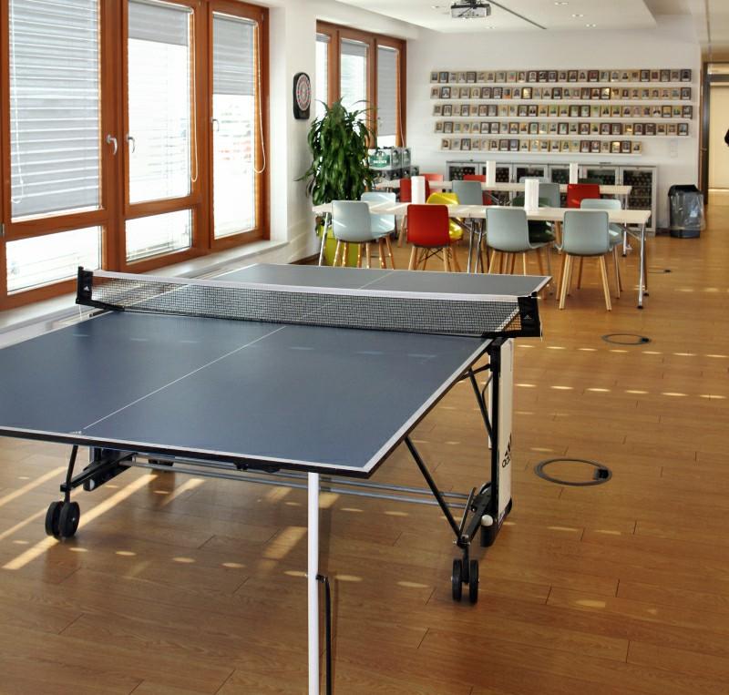 In den Pausen fliegen hier die Tischtennisbälle über die Platte.
