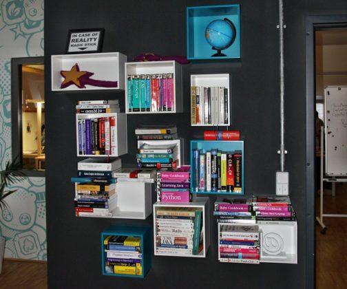 In der Bibliothek können Fachbücher ausgeliehen werden.