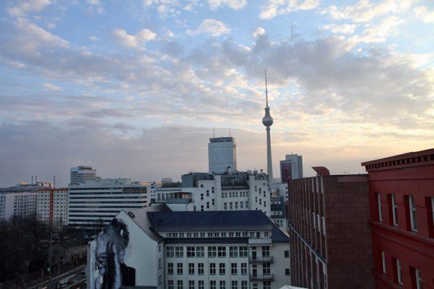 Der Himmel über Berlin: Von der Dachterrasse aus bietet sich ein spektakulärer Blick über die Dächer der Hauptstadt.