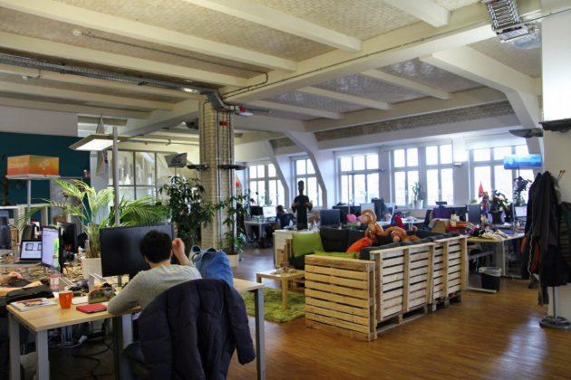 Hohe Decken und historisches Backstein-Gemäuer sorgen für Loft-Atmosphäre.