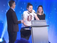 Deutscher Computerspielpreis 2017: Dominik Abé von Mimimi Productions (Mitte) mit den Laudatoren Jens Kosche (Electronic Arts) und Mareike Ottrand (Studio Fizbin)