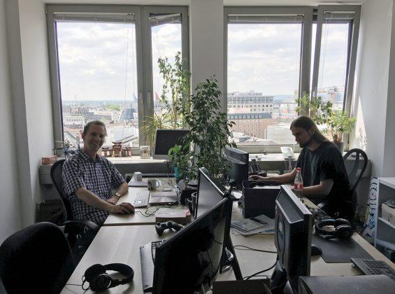 Geschäftsführer Jan Klose und PR-Mann Michael Hoss haben von ihrem Büro aus den Westen Frankfurts im Blick.