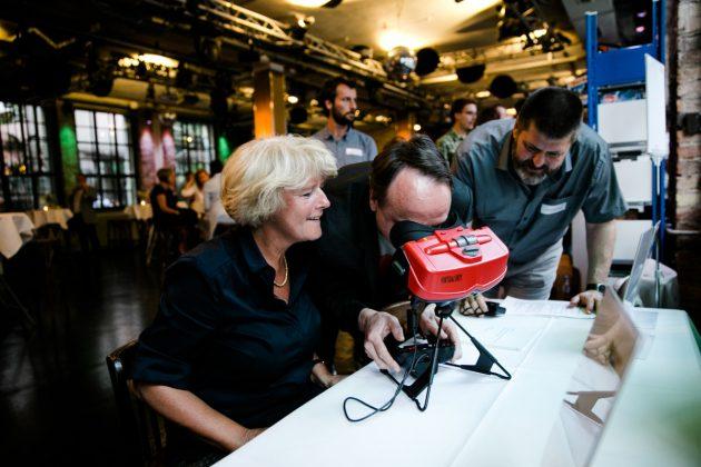 Computerspielemuseum-Direktor Andreas Lange demonstriert den Virtual Boy von Nintendo (Foto: Oh Hewdig / Saskia Baumeister)