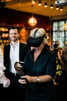Auf dem Schirm: Monika Grütters erkundet virtuelle Welten (Foto: Oh Hewdig / Saskia Baumeister)