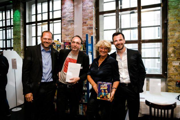 Computerspielemuseum-Direktor Andreas Lange (2. von links) und Monika Grütters (Foto: Oh Hewdig / Saskia Baumeister)