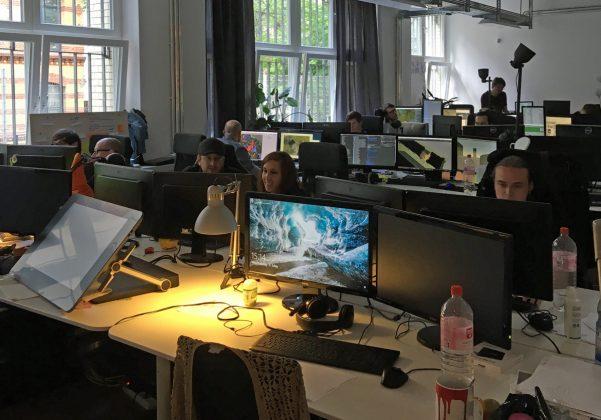 Game-Designer, Programmierer und Grafiker teilen sich lichtdurchflutete Großraumbüros.