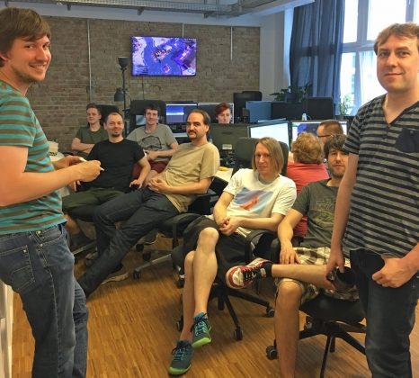 """Team-Meeting der """"Albion Online""""-Programmierer: Für kurze Besprechungen reicht ein formloser Gesprächskreis."""