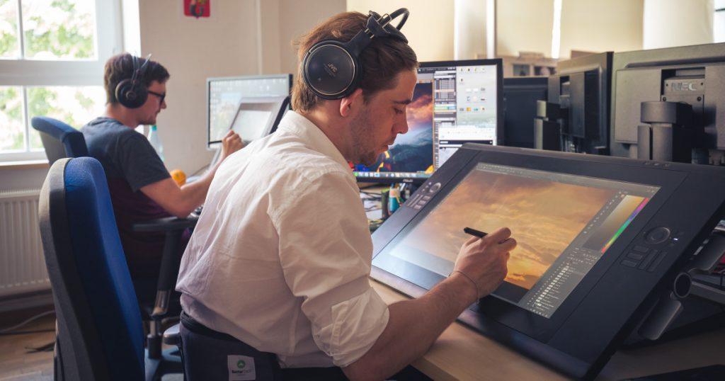 """Am Grafiktablett entstehen zum Beispiel Hintergründe für Menü-Bildschirme von """"Dreadnought""""."""