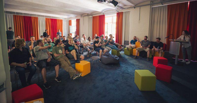 Für größere Team-Besprechungen versammelt sich die Belegschaft im Yager-Kino.