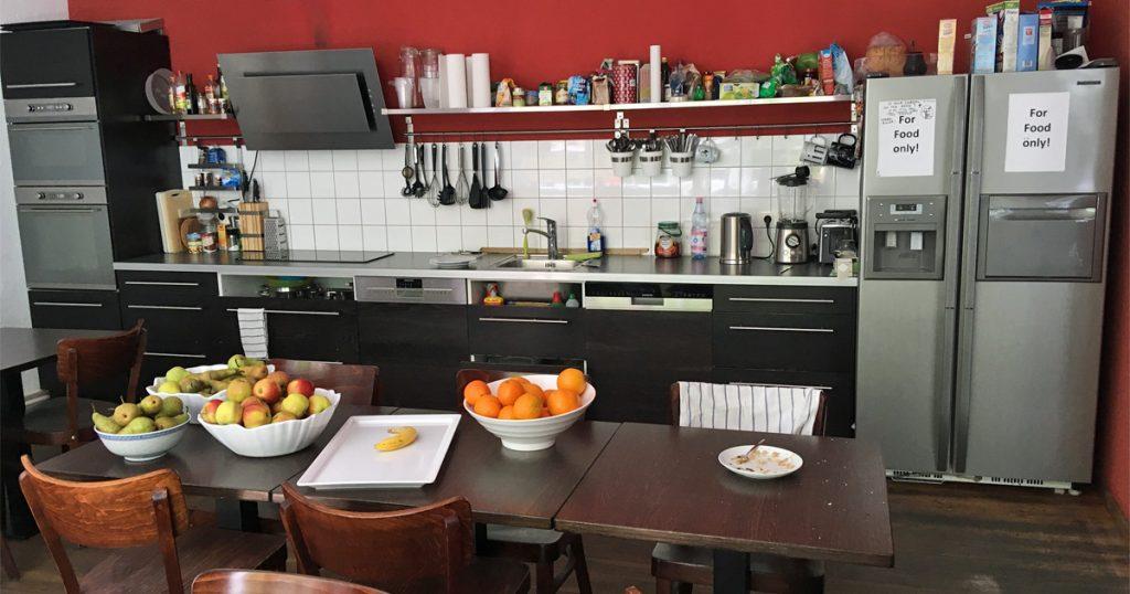 Rund um das Studio gibt es eine Menge Restaurants - viele Yager-Mitarbeiter versorgen sich aber in der Studio-eigenen Küche.