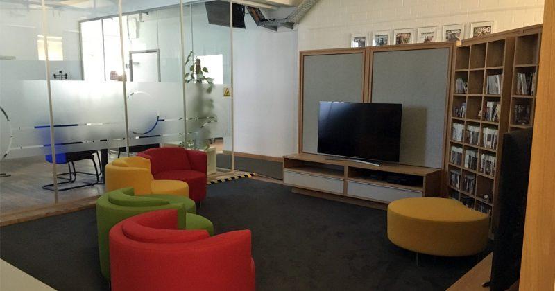 Neben den großen Meetingräumen gibt es auch kleinere Lounges, hier die Bibliothek.