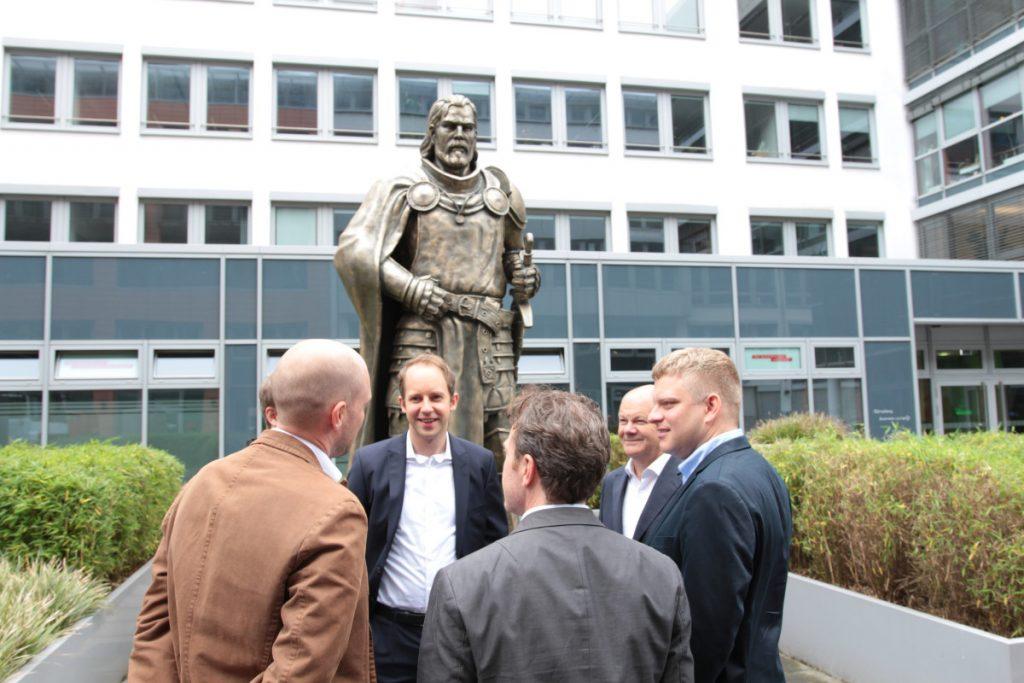 Begrüßung vor der Firmenstatue: Hendrik Klindworth (Mitte) mit Olaf Scholz, Michael Zillmer, Oliver Redelfs (GameCity Hamburg), Christian Pern (InnoGames-CMO) und Eike Klindworth.
