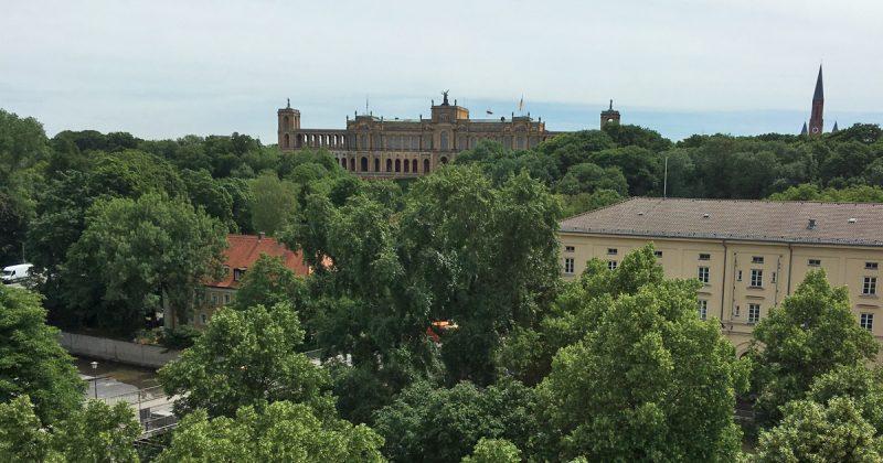 Blick aus dem Fenster: Hinter dem Maximilianeum zeichnen sich die Alpen ab.