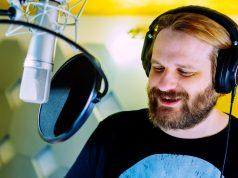 """Erik Range (Gronkh) bei den Sprachaufnahmen zu """"Die Säulen der Erde"""" (Foto: Daedalic Entertainment)"""