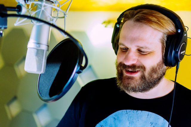 Erik Range (Gronkh) bei den Sprachaufnahmen zu