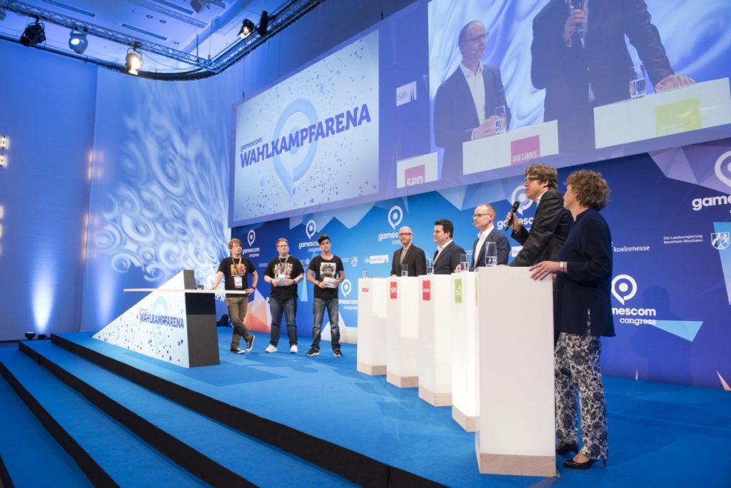 Die Moderatoren der Gamescom-Wahlkampf-Arena: Colin Gäbel, Peter Smits und LeFloid (Foto: KoelnMesse/Oliver Wachenfeld)