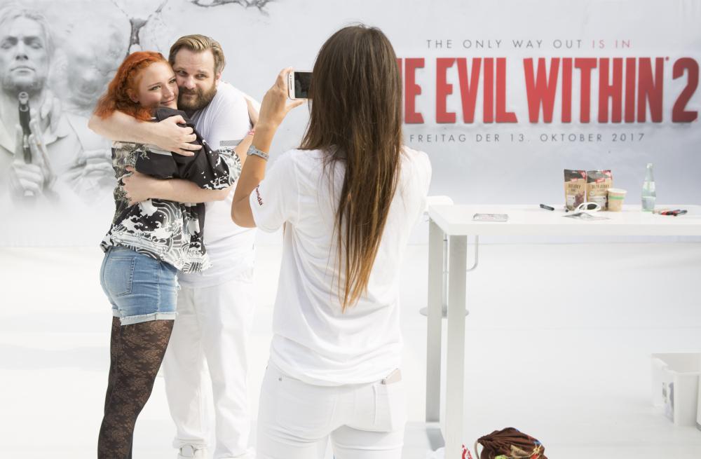 """Bereits auf der Gamescom 2017 warb Erik Range (""""Gronkh"""") für die Bethesda-Neuheit """"The Evil Within 2"""" (Foto: KoelnMesse/Andreas Hagedorn)"""