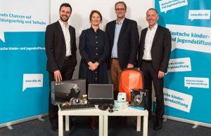 BIU-Geschäftsführer Felix Falk (links) und KoelnMesse-Manager Tim Endres (rechts) überreichen die Gamescom-Spende an Bettina Safran und Frank Hinte von der Deutschen Kinder- und Jugendstiftung (Foto: DKJS/P. Chiussi)