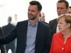 BIU-Geschäftsführer Felix Falk (hier bei der Gamescom-Eröffnung mit Kanzlerin Angela Merkel) drängt namens der Games-Branche auf eine rasche Regierungsbildung (Foto: BIU/Getty Images/Franziska Krug)