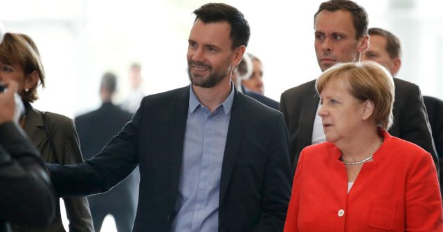 Game-Geschäftsführer Felix Falk (hier bei der Gamescom-Eröffnung mit Kanzlerin Angela Merkel) drängt namens der Games-Branche auf eine rasche Umsetzung des Koalitionsvertrags (Foto: Game/Getty Images/Franziska Krug)