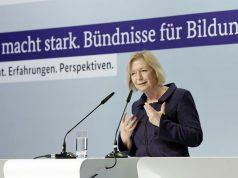 "Bildungsministerin Johanna Wanka (CDU) nimmt die Stiftung Digitale Spielekultur als Partner ins ""Kultur macht stark""-Programm auf (Foto: BMBF/Thomas Köhler)"
