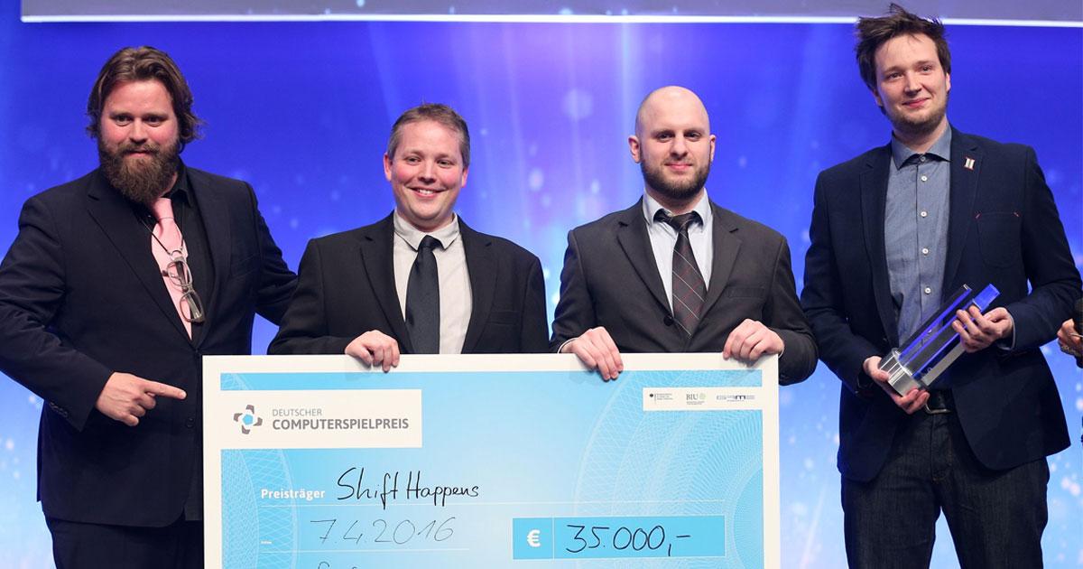 Schauspieler Antoine Monot Jr. überreicht den Computerspielpreis 2016 fürs beste Gamedesign an Klonk Games (Foto: DCP/Gisela Schober für Quinke Networks)
