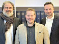 Daedalic-CEO Carsten Fichtelmann, Klonk-Gründer und Studioleiter Oliver Machek und Geschäftsführer Stephan Harms besiegeln beim Notar den Start von Daedalic Entertainment Bavaria.