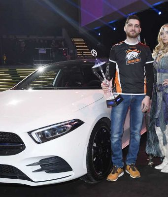 """Eine Jury kürte Vladimir Nikogosyan (""""RodjER"""") zum wertvollsten Spieler des Turniers - und damit zum Besitzer eines fabrikneuen Fahrzeugs (Foto: Mercedes-Benz)"""