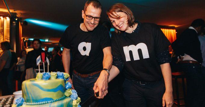 Kenner achten auf die Position der Hände: Die Game-Vorstände Ralf Wirsing und Linda Kruse beim Anschnitt der Festtagstorte (Foto: Game/Jakob Nawka)