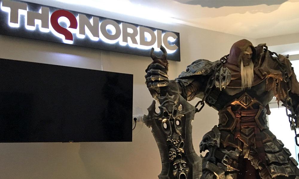 Ein mächtiger Krieger begrüßt die Besucher der THQ-Nordic-Filiale im Herzen Wiens.