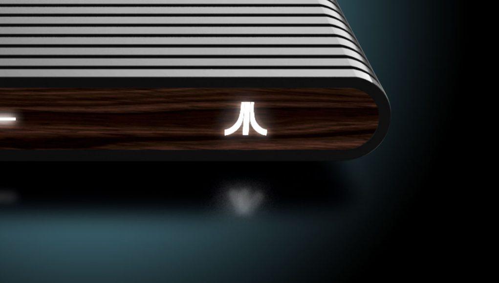 Nur echt mit Holzimitat-Panel: die 2018-Neuauflage des Atari VCS.