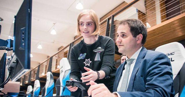 NRW-Staatskanzlei-Chef Nathanael Liminski nutzt den Besuch im ESL-Hauptquartier, um selbst zum Gamepad zu greifen (Foto: ESL / Helena Kristiansson)