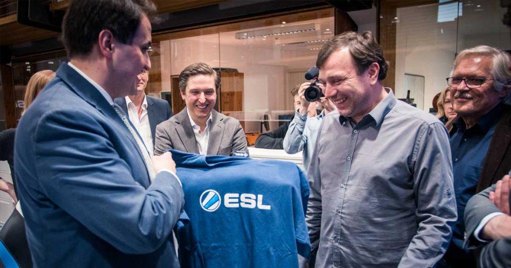 ESL-Gründer und -CEO Ralf Reichert bedankt sich bei Nathanal Liminski (links) für den Besuch mit einem T-Shirt (Foto: ESL / Helena Kristiansson)