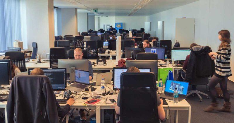 Ein Studio, ein Großraumbüro: Die fünf Gründer sitzen inmitten der Belegschaft.
