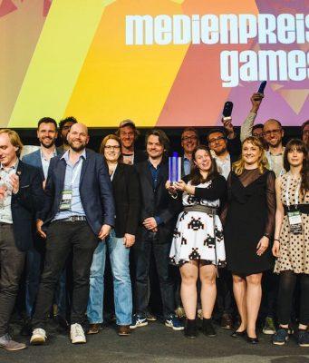 Ausrichter, Laudatoren, Moderatoren und Gewinner bei der Verleihung des Medienpreis Games 2018 zum Auftakt der Games Week Berlin (Fotos: Booster Space / Grzegroz Karkoszka)