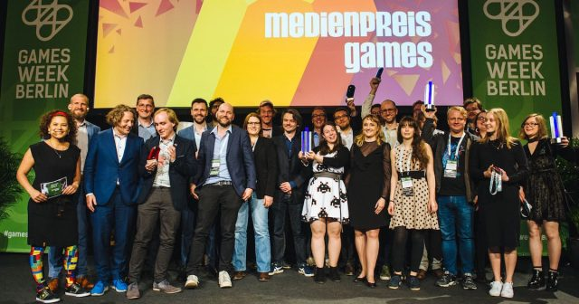 Ausrichter, Laudatoren, Moderatoren und Gewinner bei der Verleihung des Medienpreis Games 2018 zum Auftakt der Games Week Berlin (Fotos: Booster Space / Grzegroz Karkoszka)