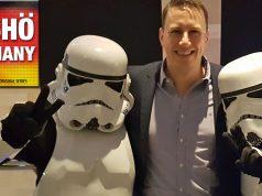 Arbeitet als Senior Brand Manager bei Jagex in Cambridge: Martin Wein (hier mit zwei breakdancenden Sturmtruppen auf der Weihnachtsfeier 2017)